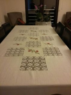 This Pin was discovered by Mrv Filet Crochet, Crochet Lace, Sewing Projects, Projects To Try, Doilies Crafts, Bed Runner, Crochet Squares, Table Runners, Decoration