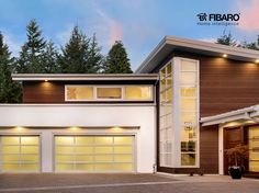 Nawet najnowocześniejszy dom bez inteligentnego garażu byłby niekompletny. Odpowiednio skonfigurowane moduły #FIBARO wpuszczą auto na miejsce postoju i pomogą w parkowaniu