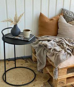 Enkel möblering med mycket textilier för en ombonad känsla. Bord och Detaljer från www.butik47.se Table, Inspiration, Furniture, Home Decor, Biblical Inspiration, Interior Design, Home Interior Design, Desk, Tabletop
