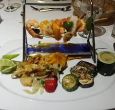 O jantar de hoje foi no Restaurante Gourmet do hotel. A pedida foi Brochette de camarões com mero acompanhado de purê de abóbora e legumes assados! O sabor estava incrível mas amei mesmo o charme que o foguinho deu ao prato! #férias #puntacana #paraíso #goodchoices #goodvibes #comidadeverdade #lowcarb #bichoeplanta by vocemaisfitness