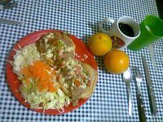Molletes de frijól molido y un poco de queso rallado con pico de gallo, 2 tazas de ensalada 2 naranjas , café negro sin azucar  y una taza de leche light.