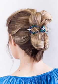 Engaging color combination of sapphire, aqua, and zircon complete with the Iris center flower fashions a brilliant Flexi for any occasion. Wear as a classy french twist or a simple half up. Black Nickel, acrylic, crystal, glass.     Download the  Consultant Marketing Pack  for this product.