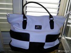 Bellissima shopping bag Jlo bianca e nera, la borsa e fatta in similpelle con doppio manico e logo in acciaio.
