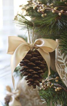 Шишки, украшенные бантами или другим декором, всегда будут очень гармонично смотреться на елке