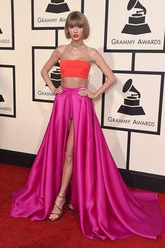 Taylor Swift, con crop top naranja y falda fucsia, firmado por Versace. Alfombra roja premios Grammy 2016 #RedCarpet #GrammyAwards