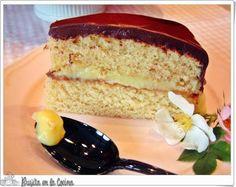 Boston Cream Pie. De bizcocho esponjoso, crema pastelera, y una cubierta de chocolate irresistible. Pruébala gracias a la receta que comparten desde el blog Brujita en la Cocina.