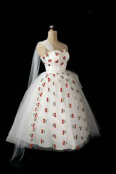 Vintage Cherry Dress (I have a strawberry dress) Vintage Prom, Vintage 1950s Dresses, Retro Dress, Vintage Outfits, Wedding Vintage, Vintage Clothing, Love Vintage, Vintage Beauty, Vintage Style