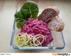 Červená řepa-salát 6 ks červené řepy(středně velké) 1 zakysaná smetana 1-2 stroužky česneku sůl pepř Postup přípravy receptu Uvařenou řepu oloupeme, nastrouháme nahrubo,přidáme utřený česnek, sůl, pepř a nakonec vmícháme zakysanou smetanu. Je výborný jako příloha k masu na grilu,k pečenému...nebo i jako výborná svačina jen s pečivem. Czech Recipes, Ethnic Recipes, Cooking Recipes, Healthy Recipes, Vegetable Salad, Beets, Cabbage, Salads, Food And Drink