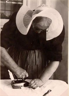 Huizen. Dit is Leentje Rebel. Zij was mutsenwaster in Huizen. Zij is hier mutsen aan het strijken. Zij draagt hier de isabee. 1985