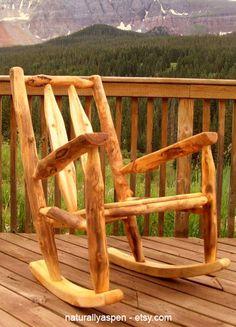 Кресло качалка из дерева в природном стиле