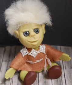 Ganz kleines,grünes Elfenkind. Figur modelliert aus Polymer…