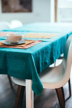 Bed Linen Manufacturers In India Blue Tablecloth, Wedding Tablecloths, Teal Table, Black Bed Linen, Kitchen Linens, Linen Bedding, Bedding Sets, Trapillo, Homes