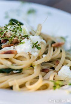 • Scharfe Pasta mit Spinat, Pecorino, Feta und Pinienkernen