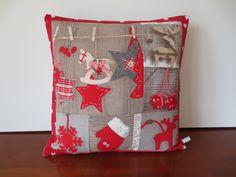 Housse coussin noël, étoiles et rennes beige & rouge, patchwork : Textiles et tapis par michka-feemainpassionnement
