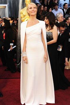 Übercool. Non c'è storia, la palma della più stylish agli Oscar 2012 se la conquista Gwyneth Paltrow. L'attrice si presenta sul tappeto rosso di Tom Ford vestita con un abito bianco dallo scollo asimmetrico, completato da una altrettanto candida mantella. E le (altre) stelle stanno a guardare.