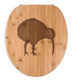 WC Sitz Kiwi Vogel aus Bambus  Coffee - Das Original von Mr. & Mrs. Panda.  Ein wunderschöner WC Sitz aus naturbelassenem Bambus Coffee mit unsere speziellen und liebvollen Mr. & Mrs. Panda Gravur    Über unser Motiv Kiwi Vogel  Kiwi-Vögel oder Schnepfenstrauße sind nachtaktive und flugunfähige Vögel (Laufvögel) und sind in Neuseeland zuhause.   Der Kiwivogel ist nicht nur eine tolle Erinnerung an die Neuseelandreise, sondern auch ein süßes Tier und ein stylisches modernes Wohnaccessoir…