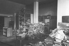 Viipurin kirjaston alakertaan oli koottu suomalaista kirjallisuutta ja kaupunkiasunnoista haettuja teoksia, joita uusien asukkaiden ei haluttu lukevan. Kirjoja oli kellarissa röykkiöittäin suomalaisten vallatessa kaupungin takaisin. Viipuri, elo-syyskuu 1941.