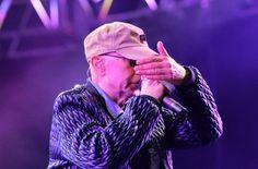 El músico inicio su show en el Hipódromo de Tandil a las 21.05 y sorprendió a sus fanáticos con un fuerte mensaje. Más de 200 mil espectadores se acercaron a la ciudad para vivir el primer show del 2016 del mítico cantante.