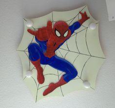 Spiderman Deckenlampe aus Holz fürs Kinderzimmer gebaut. Das Netz und seine Augen leuchten im Dunkeln nach.