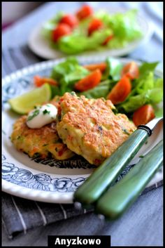 Anyżkowo: Fluffy chicken cutlets Ingredients: 3 single chicken fillets, 1/2 green pepper, 1/2 red pepper, parsley, 2 eggs, pepper, salt, cooking oil, 2 tablespoons flour, 1 tablespoon cornstarch