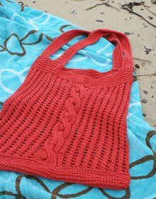 Get ready to hit the beach with this amazing Sundance Beach Bag #tutorial. Crafted with a lovely mixture of #knit cables and lace, this is one of those free knitting patterns everyone should take the time to make.