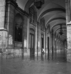 Lisbonne, novembre 1945. Inondation sur la Praça do Comércio.  Arquivo Municipal de Lisboa, PT/AMLSB/JBN/003563