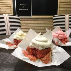 We took a final vote for the icing flavor on the strawberry cupcake. Front and center is the winner! My gut says to go with the cream! I love the blend of it with the strawberry cake for the bakery 😍 (opening late spring at the silos! Strawberry Cupcake Recipes, Strawberry Cheesecake Bars, Magnolia Joanna Gaines, Chip And Joanna Gaines, Magnolia Mom, Chip Gaines, Magnolia Table, Magnolia Farms, Magnolia Market