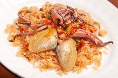 Arroz con calamares y almejas Cilantro, Grains, Rice, Meat, Chicken, Food, Tomato Paste, Recipes With Rice, Lettuce