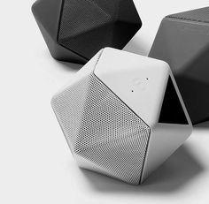 Mobiler Bluetooth Lautsprecher, im pfiffigen Design und integriertem 3D-Aufnahmegerät. Hier entdecken und shoppen: http://sturbock.me/ocA