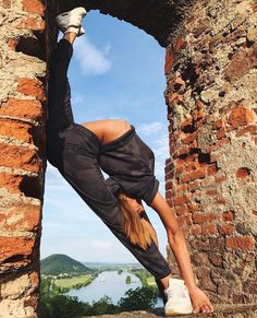 Learn basic principles of yoga and be guided in yoga poses. Improve your flexibility and balance, increase muscle strength and tone, and improve metabolism. Dance Picture Poses, Dance Photo Shoot, Dance Poses, Yoga Poses, Flexibility Dance, Gymnastics Flexibility, Flexibility Workout, Rhythmic Gymnastics, Dance Photography Poses