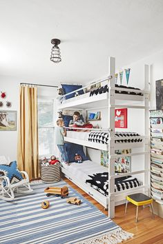 Attractive Triple Bunk Bed Design Ideas For Your Kids Bedroom Design Bunk Beds Boys, Bunk Bed Rooms, Bunk Bed Plans, Bunk Beds With Stairs, Kid Beds, Shared Boys Rooms, Kids Rooms, Shared Bedrooms, Triple Bunk Beds