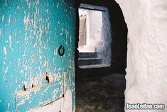 Casa com porta aberta em Chefchaouen, Marrocos
