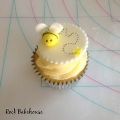 Beehive Cupcakes, Bumble Bee Cupcakes, Fondant Cupcakes, Cupcake Cakes, Bee Party, Cake Decorations, Cupcake Toppers, Bees, Honey
