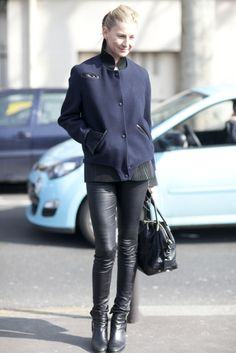 Street Style at Paris Fashion Week Fall 2013 Photo 106 Winter Mode Outfits, Winter Fashion Outfits, Casual Fall Outfits, Trendy Outfits, Casual Fridays, Classy Outfits, Women's Fashion, Fashion Week Paris, Faux Leather Pants
