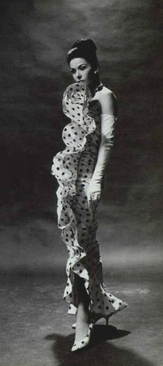 Balenciaga P/E Photo Georges Saad. Vintage Mode, Vintage Gowns, Vintage Outfits, Vintage Glamour, Vintage Beauty, 1960s Fashion, Vintage Fashion, Balenciaga Vintage, Simply Fashion