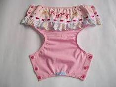 Resultado de imagem para cobre fralda passo a passo Baby Items, Baby Dress Patterns, Sewing Patterns For Kids, Sewing For Kids, Baby Bloomers, Baby Alive, Baby Pants, Cloth Diapers, Little Girl Dresses