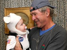 Former President George W. Bush went trick-or-treating with his adorable granddaughter Mila Harper. Greatest Presidents, American Presidents, Halloween Photos, Halloween Fun, Happy Holloween, Halloween Costumes, George Walker, Jenna Bush Hager, Laura Bush