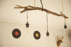 Coole DIY-Lampe: Ast mit Glühbirnen.  #DIY #selbstgemacht #Lampe