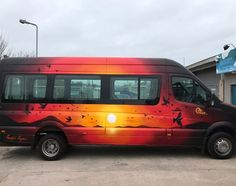Full wrap by graffiti artist showing sunset. Possibly the best van spray job ever. Graffiti Workshop, Paint Rv, Hippie Car, Painted Vans, Van Wrap, Van Design, Cool Vans, Bedroom Murals, Trailer Remodel