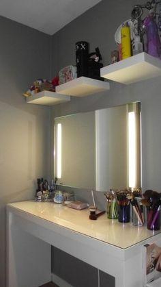 Mesa de tocador con baldas encima del espejo para colocar los productos de maquillaje
