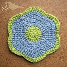 Love The Blue Bird: Flower Dish Cloths. Crochet Circles, Crochet Round, Crochet Home, Crochet Gifts, Crochet Kitchen, Crochet Potholder Patterns, Crochet Dishcloths, Crochet Slippers, Crochet Blankets