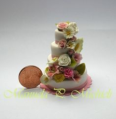 Dollshouse miniature wedding cake - by Manuela P. Michieli - polymer clay and cold porcelain - Published on Miniature Collector