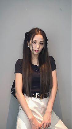 Black Mini Skirt Outfit, Black Pink ジス, Blackpink Video, Kim Jisoo, Blackpink Photos, Blackpink Fashion, Jennie Blackpink, Airport Style, Kpop Girls