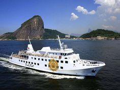 Ao mar O iate Pink Fleet, de Eike, navega pelo Rio de Janeiro. A embarcação também é uma fonte de receita do empresário, que o aluga para eventos.