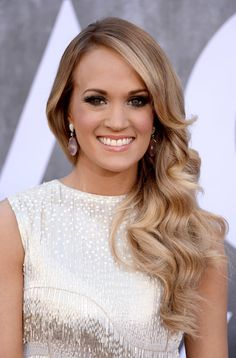 Pin for Later: Jessica Biel, Kate Bosworth and Katie Holmes Bring the Glamour Carrie Underwood at the ACMs At the Academy of Country Music Awards, Carrie threw her curls to one side for a glamorous style, and her smoky eye makeup was totally perfect.