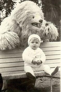 """""""Da sempre quando è ora di andare a nanna i bambini di tutto il mondo sanno che ci sono dei mostri nascosti nei loro armadi..ma quello che non sanno è che quei mostri non sono sempre stati così spaventosi.. Prima sono dovuti andare al college!""""  Sullivan, quell'enorme """"coso"""" peloso!  Monsters -DisneyPixar-"""