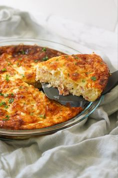 This irresistible golden brown impossible quiche is made with ham and cheese and can be eaten for breakfast, lunch or dinner. This light and delicious crustless quiche will be loved by the whole family. Great for using up leftover ham after the holidays! Quiche Recipes, Brunch Recipes, Brunch Ideas, Egg Recipes, Cheese Recipes, Recipes Dinner, Dinner Ideas, Recipies, Kebabs