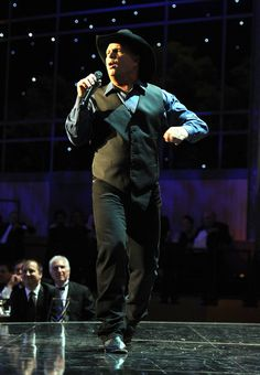 Garth Brooks Photos - Singer Garth Brooks performs onstage at the AFI Life… Rock Music Quotes, Song Quotes, Friends In Low Places, Breaking Benjamin, Entertainer Of The Year, Sara Bareilles, New Beginning Quotes, Friendship Day Quotes, Morgan Freeman