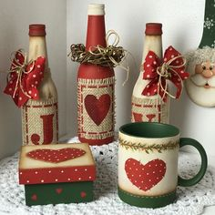 mais garrafinhas estas lindezas foi minha aluna virtual Pâmela Veríssimo que fez! Olha que maravilhosa a combinação de c… Wine Bottle Art, Painted Wine Bottles, Painted Jars, Diy Bottle, Painted Wine Glasses, Wine Bottle Crafts, Mason Jar Crafts, Christmas Decoupage, Christmas Crafts