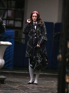Blair: Blazer de rayas de ZARA, corbata y falda de French Toast, abrigo de Diane Von Furstenberg